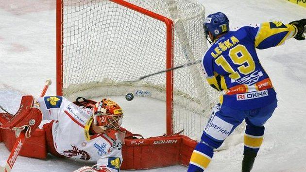 Zlínský Petr Leška skóruje do třinecké brány, kterou hájí gólman Peter Hamerlík.