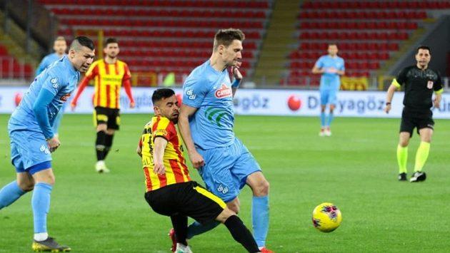 Milan Škoda (uprostřed v modrém dresu Rizesporu) v utkání turecké ligy proti Göztepe.