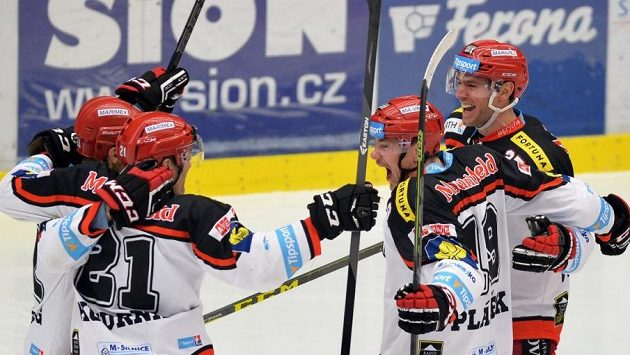 Radost hradeckých hokejistů - zleva Roman Kukumberg, Jaroslav Kudrna, Martin Pláněk a René Vydarený.