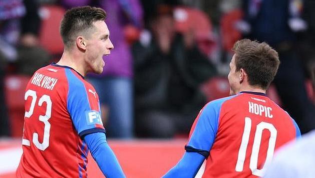 Fotbalisté Viktorie Plzeň Lukáš Kalvach a Jan Kopic oslavují gól během utkání proti Bohemians 1905.