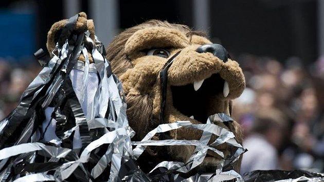 """Maskot hokejového týmu Los Angeles Kings """"Bailey the lion"""" čelí obvinění ze sexuálního obtěžování."""