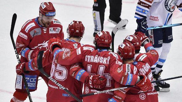 Hráči Třince se radují z prvního gólu. Vlevo je autor branky Petr Vrána z Třince.