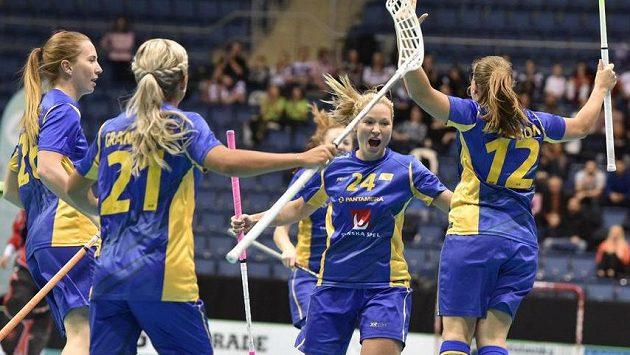 Florbalistky Švédska se radují z gólu ve finálovém severském derby s Finskem.