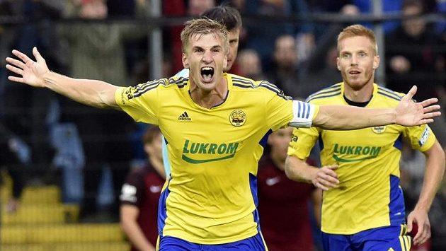 Zlínský stoper Jakub Jugas (vpředu) se raduje z gólu proti Spartě.
