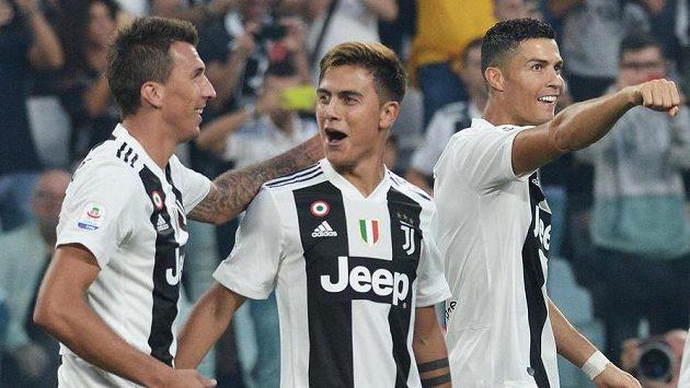 Fotbalisté Juventusu zleva Mario Mandžukič, Paulo Dybala a Cristiano Ronaldo se radují z gólu proti Neapoli.