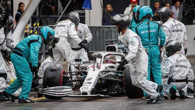Lewis Hamilton a jeho nekonečná zastávka v boxech...