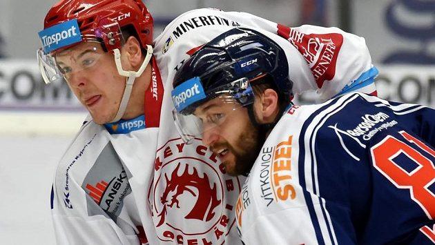 Zleva Aron Chmielewski z Třince a Petr Kolouch z Vítkovic.