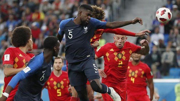Gól! Francouzský obránce Samuel Umtiti (č. 5) hlavou otevřel skóre semifinálového utkání MS s Belgií.