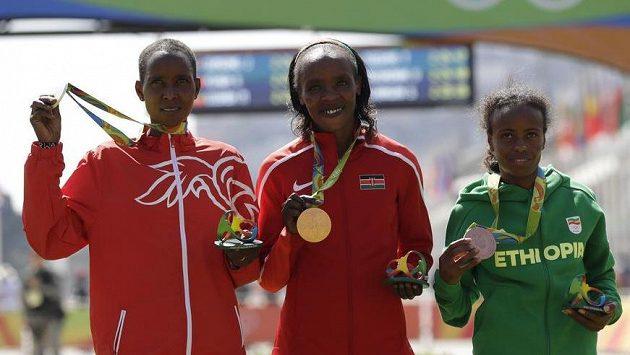 Eunice Kirwaová (vlevo) se stříbrnou medailí z Ria.