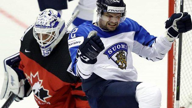 Finský útočník Janne Pesonen oslavuje svoji trefu v zápase proti Kanadě.