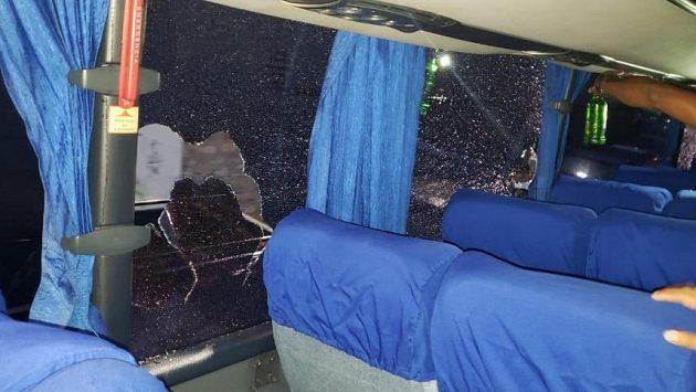 Takto dopadl klubový autobus Motaguy po útoku kameny. Zraněni byli tři hráči, došlo i k dalším zraněním a bohužel také ke třem úmrtím.