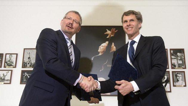 Předseda Českého olympijského výboru Jiří Kejval (vpravo) a generální ředitel Tipsportu Petr Knybel podepsali v Praze memorandum o finanční podpoře mládeže a amatérského sportu.