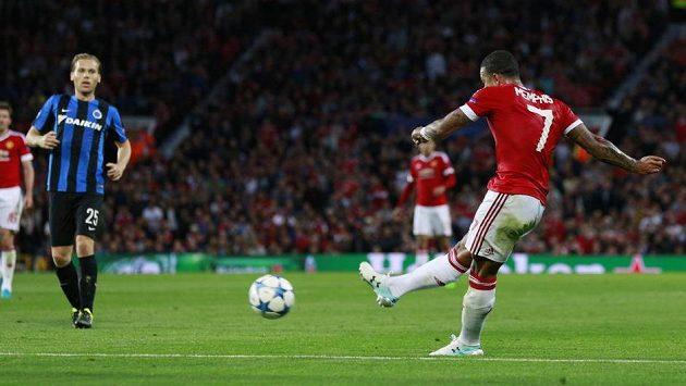 Záložník Manchesteru United Memphis Depay skóruje v zápase s Club Bruggy.