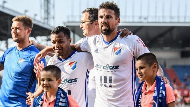 Milan Baroš, jeho synové a Carlos Azevedo během děkovačky fanouškům po utkání Baníku se Spartou v dubnu 2018 v Ostravě.