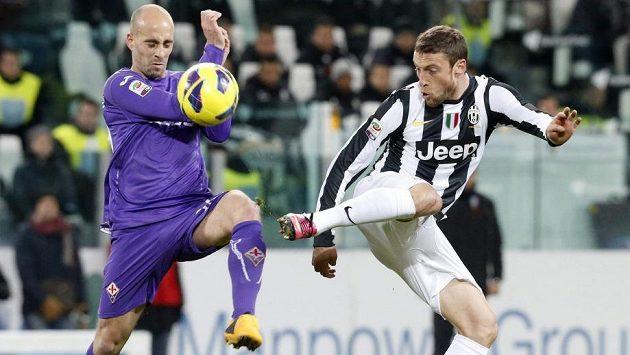 Claudio Marchisio z Juventusu (vpravo) v souboji s Iglesiasem Borja Valerou z Fiorentiny.