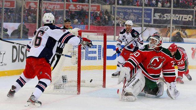 Martin Brodeur v brance New Jersey inkasuje gól z hole Matse Zuccarella (zcela vlevo) z NY Rangers.