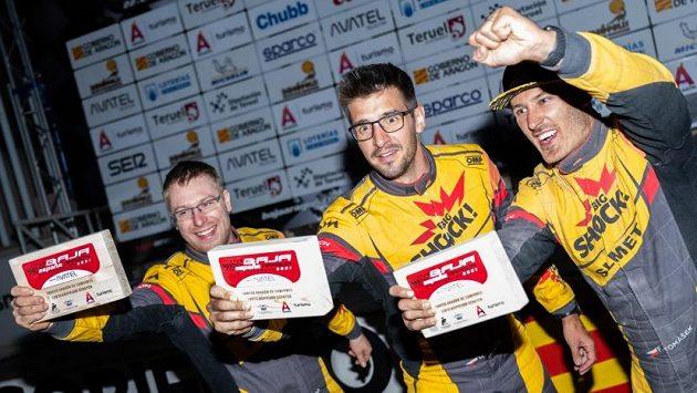 Pilot Martin Macík (uprostřed), navigátor František Tomášek (vpravo) a mechanik David Švanda slaví celkový triumf na Baja Aragon.