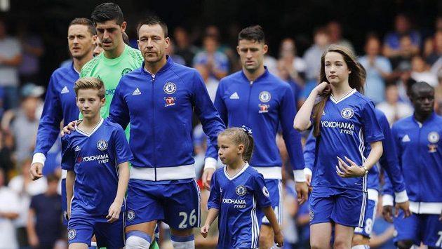 John Terry přivádí tým na plac. Chelsea za doprovod dětí peníze nevybírá.