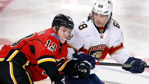 Jaromír Jágr a Matthew Tkachuk v lednovém souboji Floridy s Calgary. Teď jsou v NHL spoluhráči.