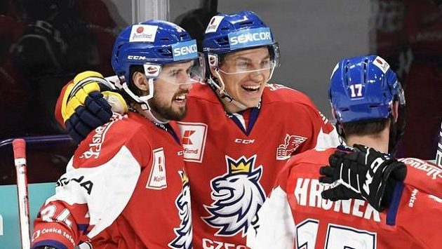 Čeští hokejisté slaví branku v síti Švédska