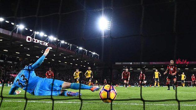 Petr Čech dostává v ligovém utkání s Bournemouthem druhý gól, penaltu proměnil Callum Wilson.
