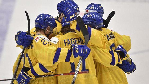 Švédové se radují z gólu v utkání o bronz na MS dvacetiletých.