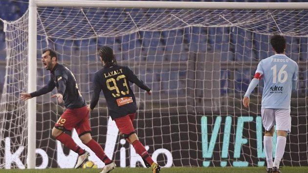Střelec Goran Panděv (vlevo) slaví gól v utkání italské ligy na hřišti Lazia Řím. FC Janov vyhrál 2:1.