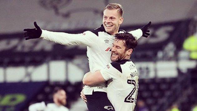 Český fotbalista Matěj Vydra (vlevo) se raduje se spoluhráčem Davidem Nugentem z gólu do sítě Millwallu.