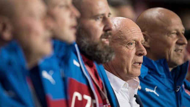 Trenér Karel Jarolím (druhý zprava) během české hymny před utkáním s Německem.