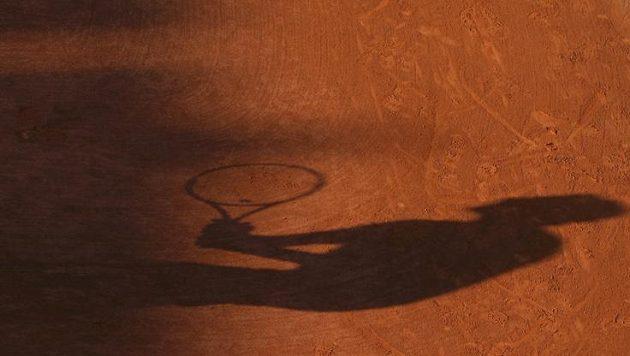 Se zapadajícím sluncem zbyl z Tomáše Berdycha na pařížském kurtu jen stín.