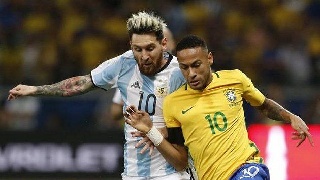 Argentinec Lionel Messi (vlevo) a Brazilec Neymar v utkání kvalifikace MS.