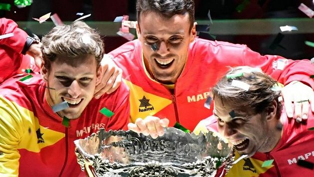 Zleva Pablo Carreno, Roberto Bautista a Rafael Nadal po zisku Davisova poháru