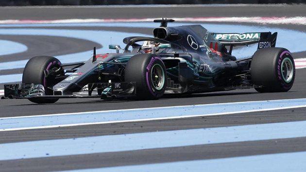 Lewis Hamilton při pátečním tréninku na Grand Prix Francie.
