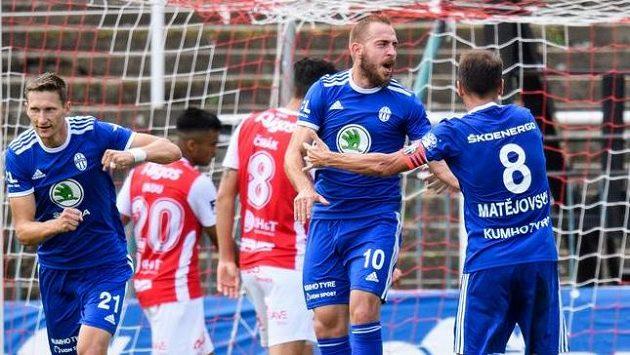 Fotbalisté Mladé Boleslavi Jiří Skalák a Marek Matějovský oslavují gól