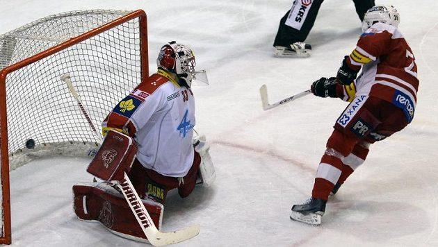 Tomáš Vlasák ze Slavie střílí rozhodující gól v samostatných nájezdech proti Olomouci.
