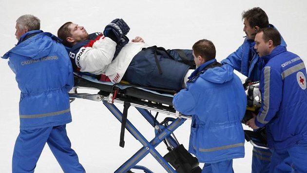 Zraněného Michala Sersena odvážejí zdravotníci z ledu.