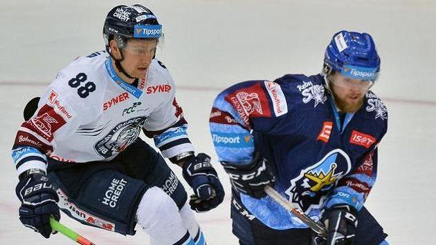 Liberecký útočník Michal Bulíř (vlevo) stíhá obránce Kladna Martina Kehara.