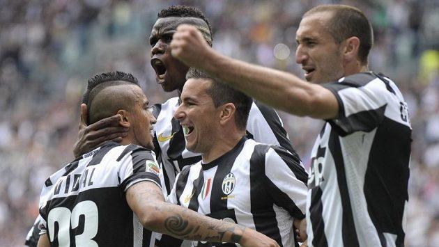 Arturo Vidal (vlevo) gólem z penalty rozpoutal oslavy Juventusu.