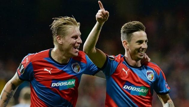 Plzeňští fotbalisté František Rajtoral (vlevo) a Milan Petržela se radují z gólu.