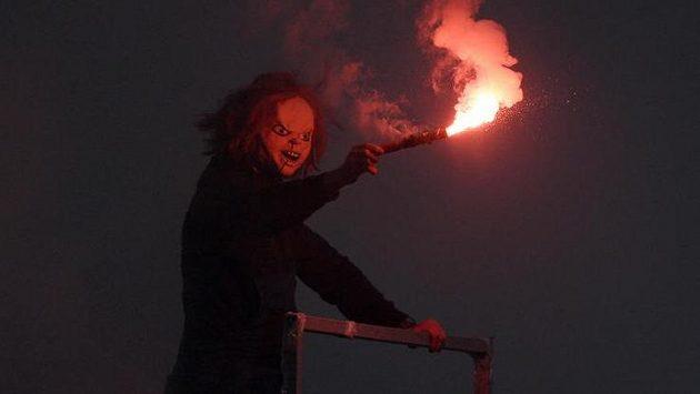 Fanoušek se světlicí během utkání Slavie se Spartou (ilustrační foto)