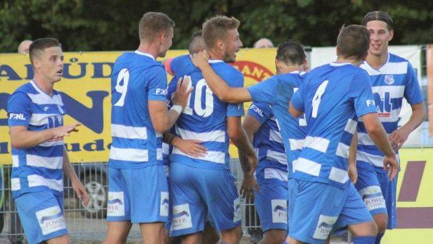 Fotbalisté Ústí se radují z prvního gólu v utkání proti Jihlavě.