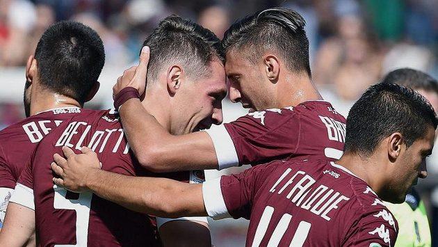 Útočník Turína Andrea Belotti (druhý zleva) slaví se spoluhráči gól proti AS Řím v zápase 6. kola Serie A.