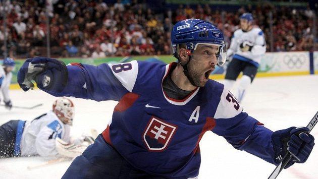 Pavol Demitra se na archivním snímku raduje poté, co na olympijském turnaji ve Vancouveru skóroval v utkání o bronz oproti Finsku.