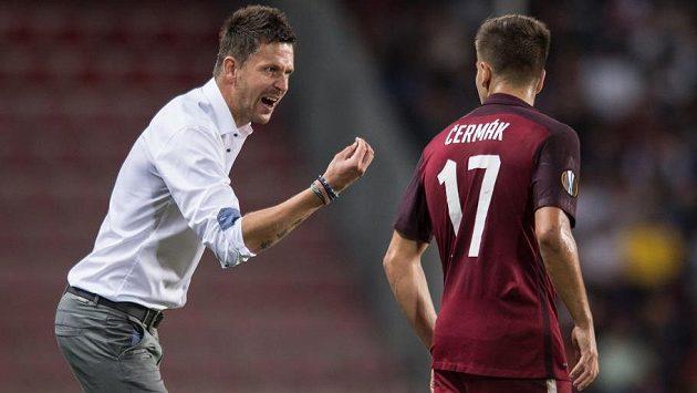 Trenér Sparty David Holoubek dává pokyny Aleši Čermákovi.