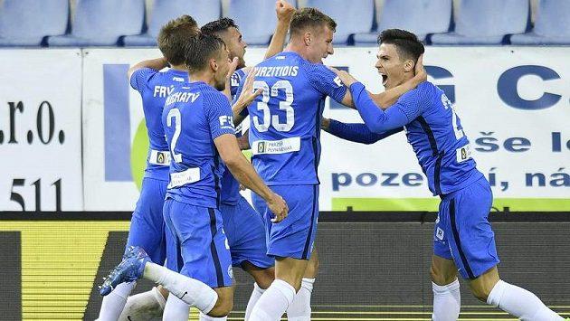 Autor rozhodujícího gólu Lubomír Tupta (vpravo) se raduje se spoluhráči z Liberce.