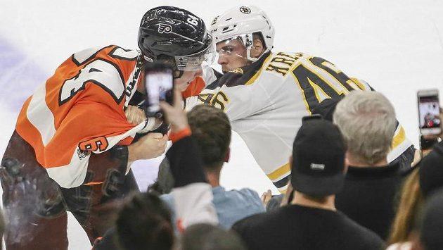 Český útočník Bostonu David Krejčí se stihl během přípravného duelu na nový ročník NHL i poprat s Nolanem Patrickem z Philadelphie Flyers.