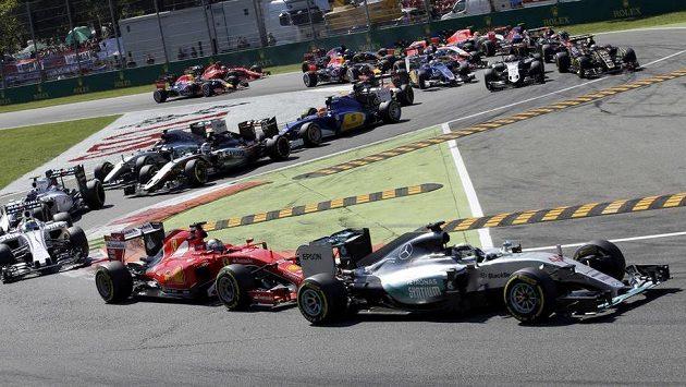 Start v Monze - Hamilton najel do zatáčky před Vettelem.