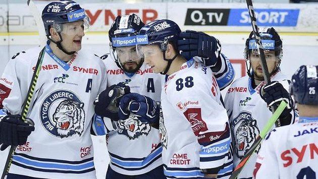 Hokejisté Liberce se radují z další branky.