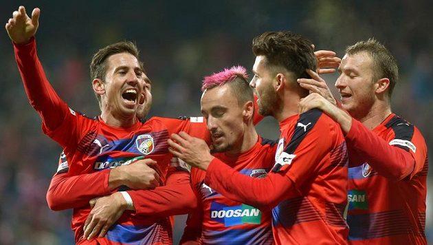 Plzeňští se radují z gólu Michala Ďuriše (druý zprava) na 2:0.