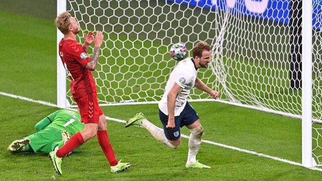Rozhodující moment středečního semifinále EURO. Anglický útočník Harry Kane (vpravo) posílá v prodloužení míč za záda dánského brankáře Kaspera Schmeichela.